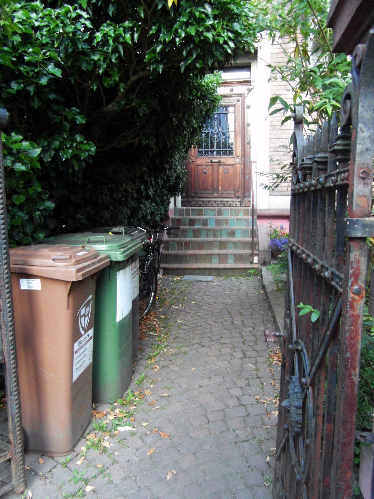 Varios cubos de basura debajo de cada portal, algo común en Alemania.
