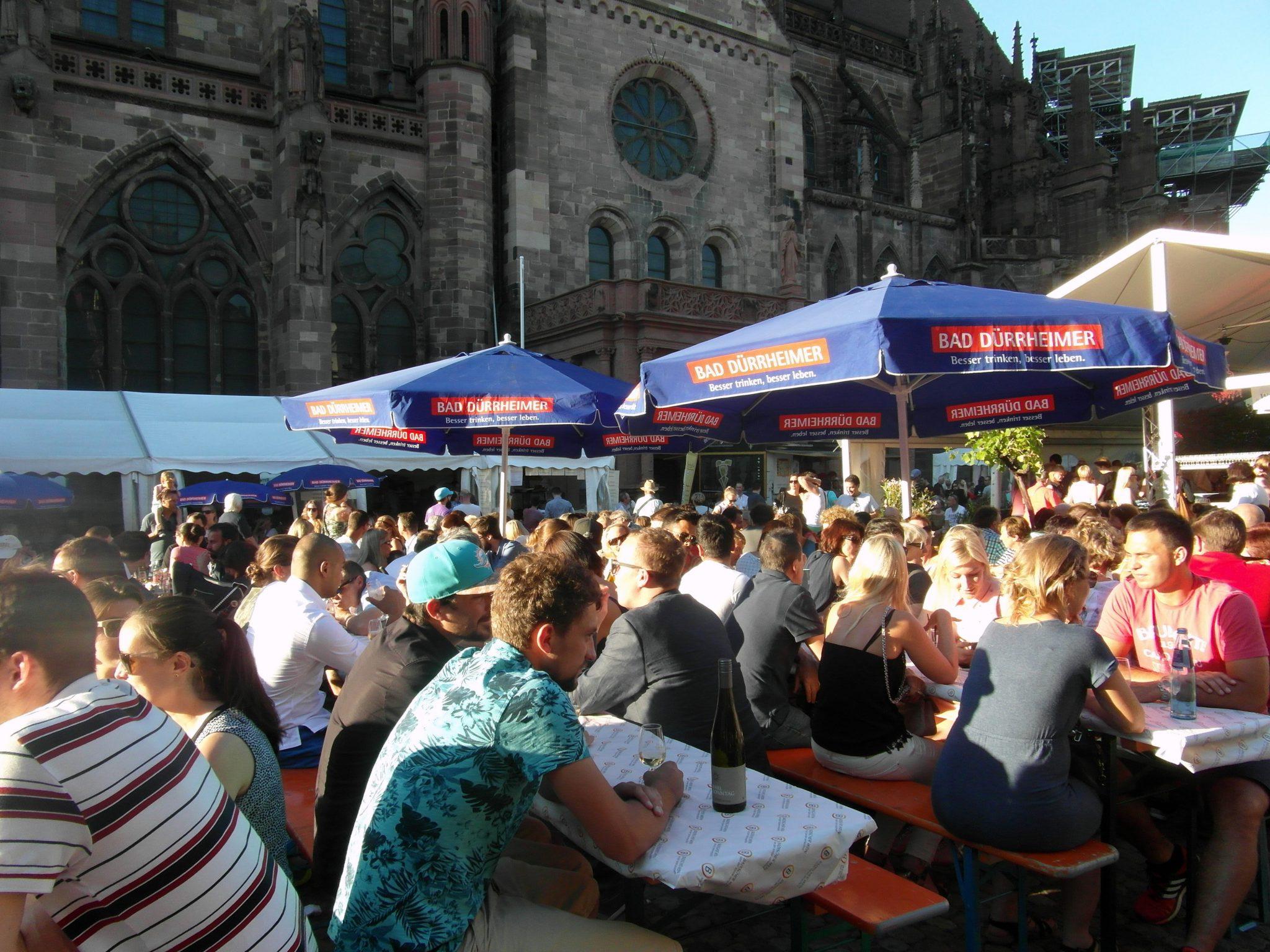 Friburgo, un sábado a las 6 de la tarde celebrando una fiesta de vinos.