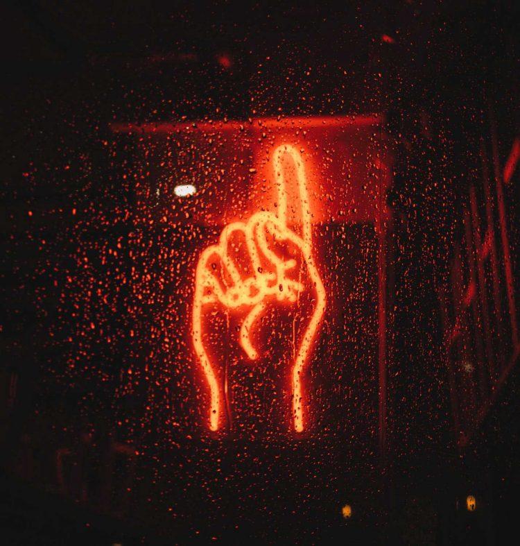 neon-hand-wag1mag Vía Pexels