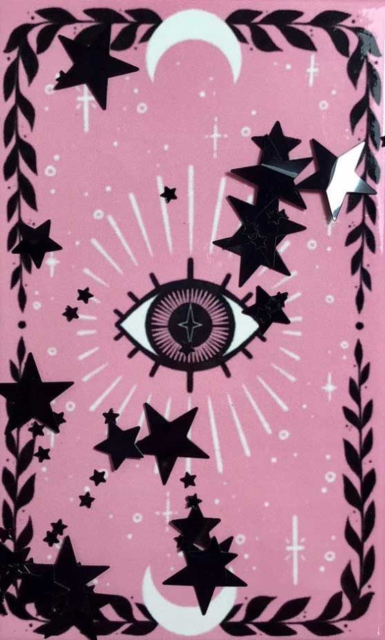 pink-eye-tarot-wag1mag Vía: https://keelyelle.squarespace.com/products/the-lovely-omens-tarot-deck